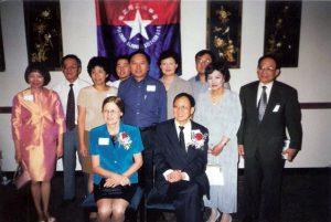 1998年諾貝爾獎得主崔琦學長(1957輝社)與夫人 Linda蒞臨侯士頓參加同學會為其舉行之慶祝餐會後與部份同學合照
