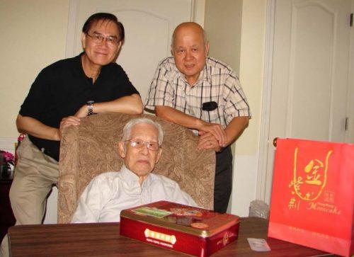 2013 年中秋節,馮奇彬及許國華往訪年護老中心之鄧善溥學長(1938 融社)