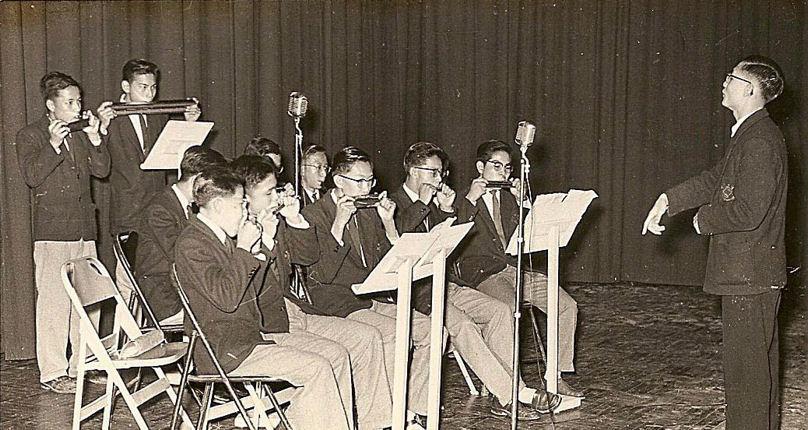趙汝祥指揮口琴隊藍隊於一九五六年在母校大禮堂演出(區作燊提供)