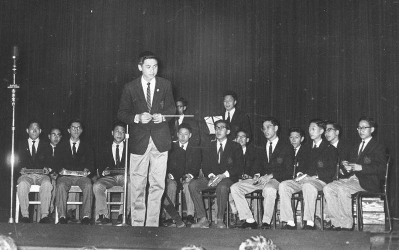 譚天銘指揮口琴隊在一九五九年參加全港學界音樂節之口琴隊合奏比賽獲得冠軍殊榮後於頒獎禮表演